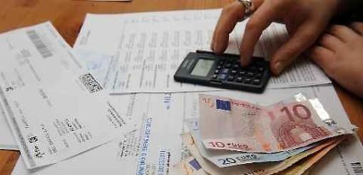 bollette, soldi e calcolatrice
