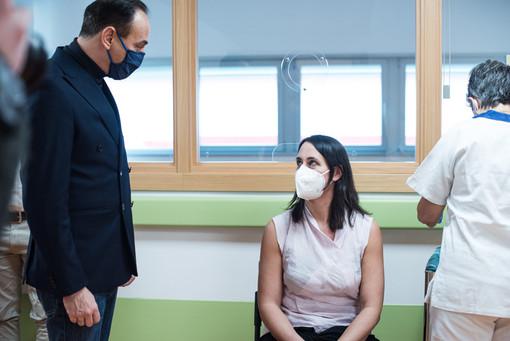 Alberto Cirio con una donna che riceve il vaccino anti Covid
