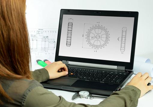 Persona che lavora al computer