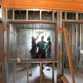 lavori di edilizia all'interno di una casa con operai e impalcature