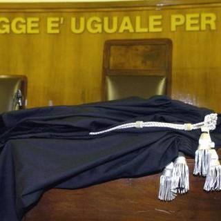 aula di tribunale con toga e scritta