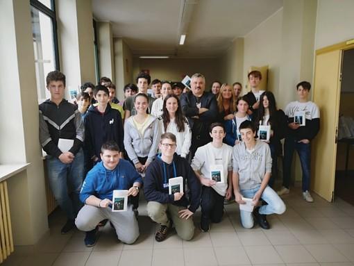 """Trentacinque scrittori """"adottati"""" in otto regioni: il Salone del Libro torna nelle scuole e nelle carceri"""