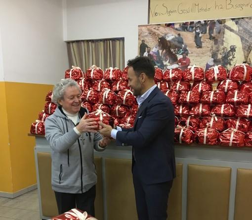 """Donati centinaia di panettoni alla """"Mensa dei Poveri"""""""