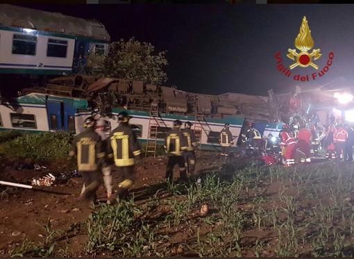 Disastro ferroviario a Caluso, morto il macchinista del treno e l'autista dell'auto di scorta al Tir