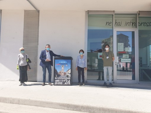 Il sindaco Claudio Castello e l'assessore Tiziana Siragusa accanto al box con gli operatori della biblioteca