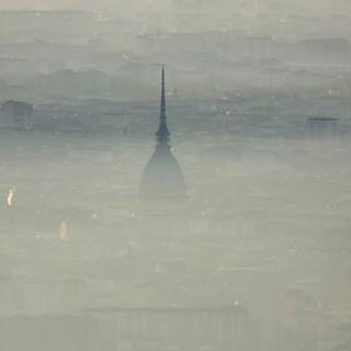 Torino e la Mole avvolte dalla nebbia