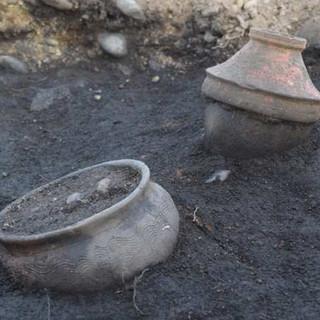 """Tra passato e futuro, nella centrale fotovoltaica di Volpiano """"sbuca"""" una necropoli romana"""