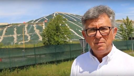 Il sindaco Claudio Castello davanti alla discarica