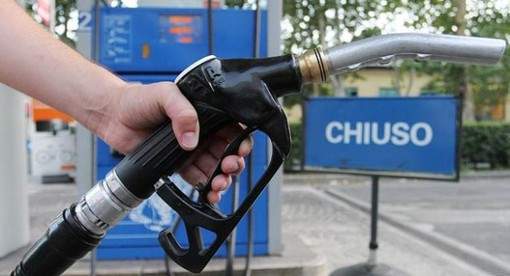 """Coronavirus, i sindacati annunciano stop dei benzinai: """"Da mercoledì notte quelli della rete autostradale"""""""