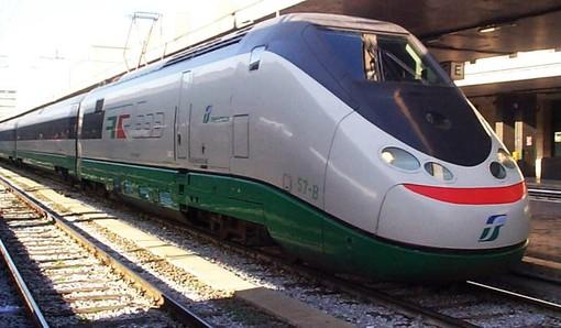 Donna sui binari della Torino-Milano, treni bloccati con ritardi