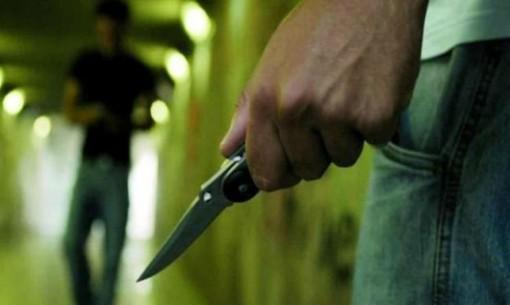 uomo con un coltello in mano