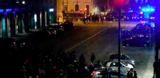 Notte di tensione ad Aurora, gli anarchici marciano verso l'asilo: la polizia sbarra la strada [VIDEO]