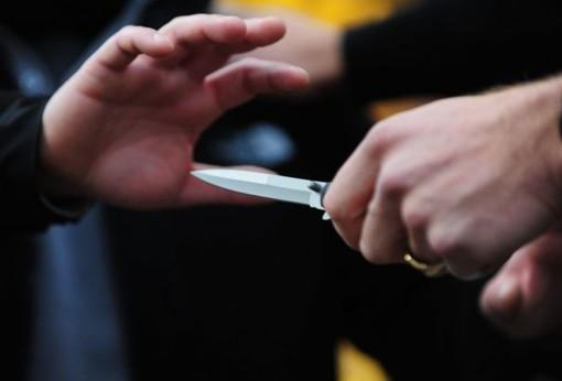 mani e lama di un coltello