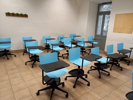banchi a rotelle in un'aula di scuola