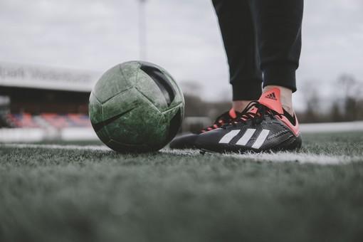 campo da calcio con un pallone