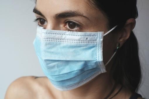donna con la mascherina