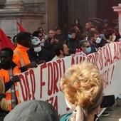 Sciopero generale a Torino, lancio di uova contro il Comune: imbrattati di vernice i muri del municipio [FOTO E VIDEO]