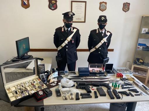 carabinieri con droga e armi sequestrate