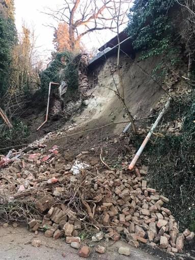Crolla una collina sulla strada provinciale 100 a San Sebastiano Po