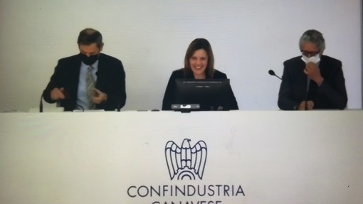 Tre persone sedute al tavolo di Confindustria Canavese
