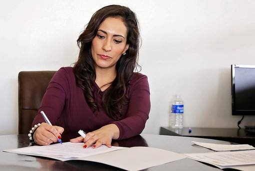 Donna al lavoro seduta alla scrivania