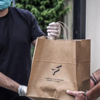 """Il coro del commercio: """"Impensabile un secondo lockdown"""". Ma la pandemia sta cambiando il volto dei negozi: nessuno compra online quanto Torino"""