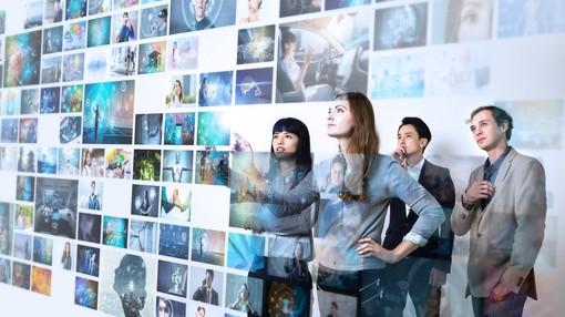 Ragazzi di fronte a un'interfaccia digitale moderna