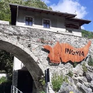 scritta di ingresso di un paese di montagna