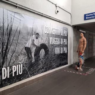 Manichini e installazioni artistiche: il sottopasso della stazione diventa luogo di riflessione sull'ambiente