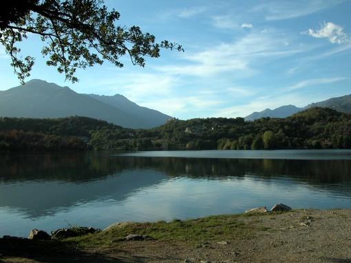 Fanno il bagno e prendono il sole al lago Sirio: multati tredici minorenni eporediesi