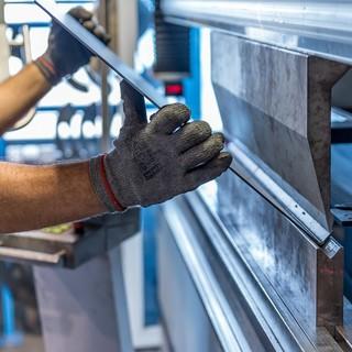 mani di un lavoratore all'opera