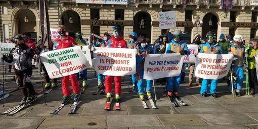 Maestri di sci in piazza a Torino