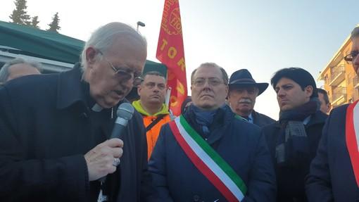 """Mons. Nosiglia a Brandizzo incoraggia i lavoratori Martor: """"Dovete sperare fino all'ultimo"""" (VIDEO)"""
