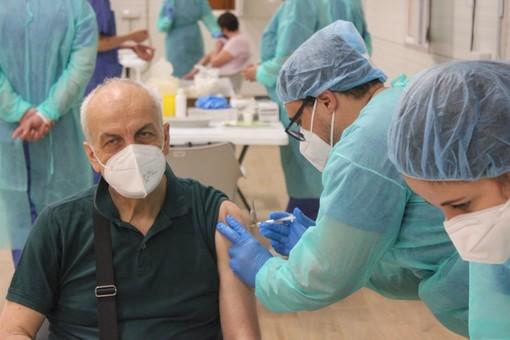 Donna vaccinata all'hub del Valentino