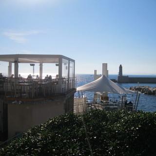 Un ristorante in riva al mare illuminato dal sole