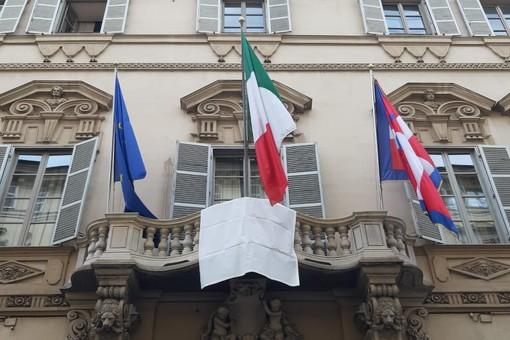 Lo striscione esposto fuori da Palazzo Lascaris