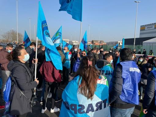 Lavoratori in presidio davanti ad Amazon Brandizzo