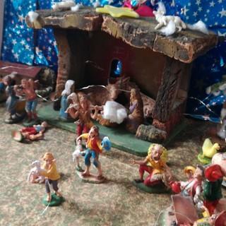 Presepe di casa con casetta, angeli pastori e pecorelle