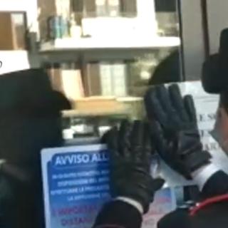 Castellamonte, distrutta la vetrata di ingresso della pizzeria dei fratelli gambizzati mercoledì a colpi di pistola