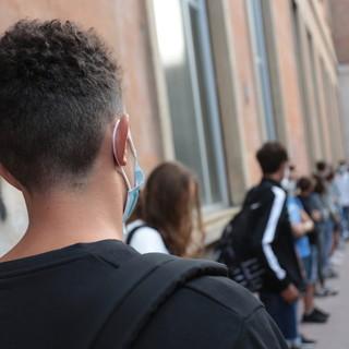 Ragazzi in coda fuori da scuola