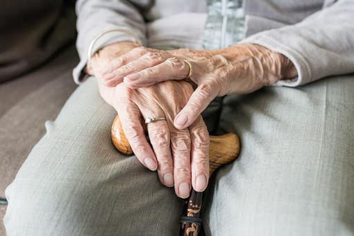 anziano mani conserte