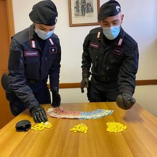 carabinieri con dosi di droga sequestate