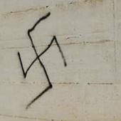 svastica su un muro
