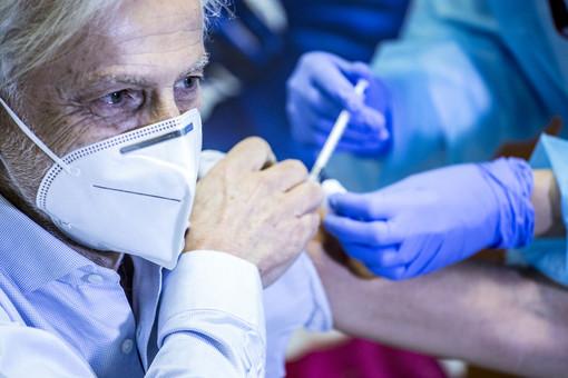 Un anziano si sottopone al vaccino Pfizer anti-Covid
