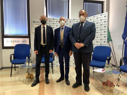 persone in piedi con mascherina